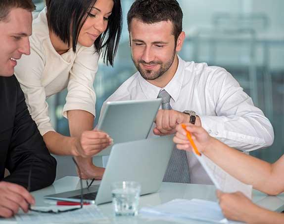 persone in azienda con tablet formazione business know k.